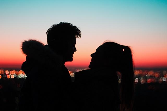 マッチングアプリで出会ったヤリモクとデートする女性